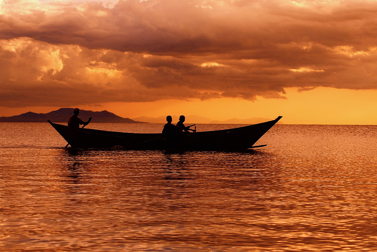 Fishermen at dusk on Lake Victoria. (Photo by Africraigs.)