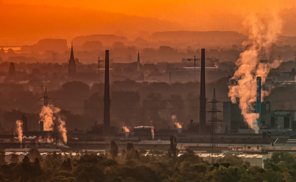 Emissions from industrial operations affect visibility. (Image by analogicus from Pixabay.)