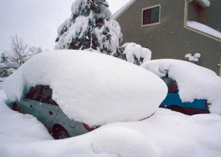 Snowfall measurement: cars buried under lots of snow